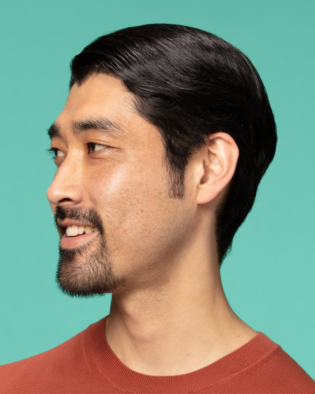Guy with short hair using the gel
